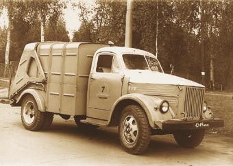 Мусоровоз 93М на шасси ГАЗ-51 А имел гидравлический механизм уплотнения мусора и автоматическую разгрузку бункера. Такие мусоровозы с 1956 по 1970 г. выпускали заводы Минкоммаша СССР.