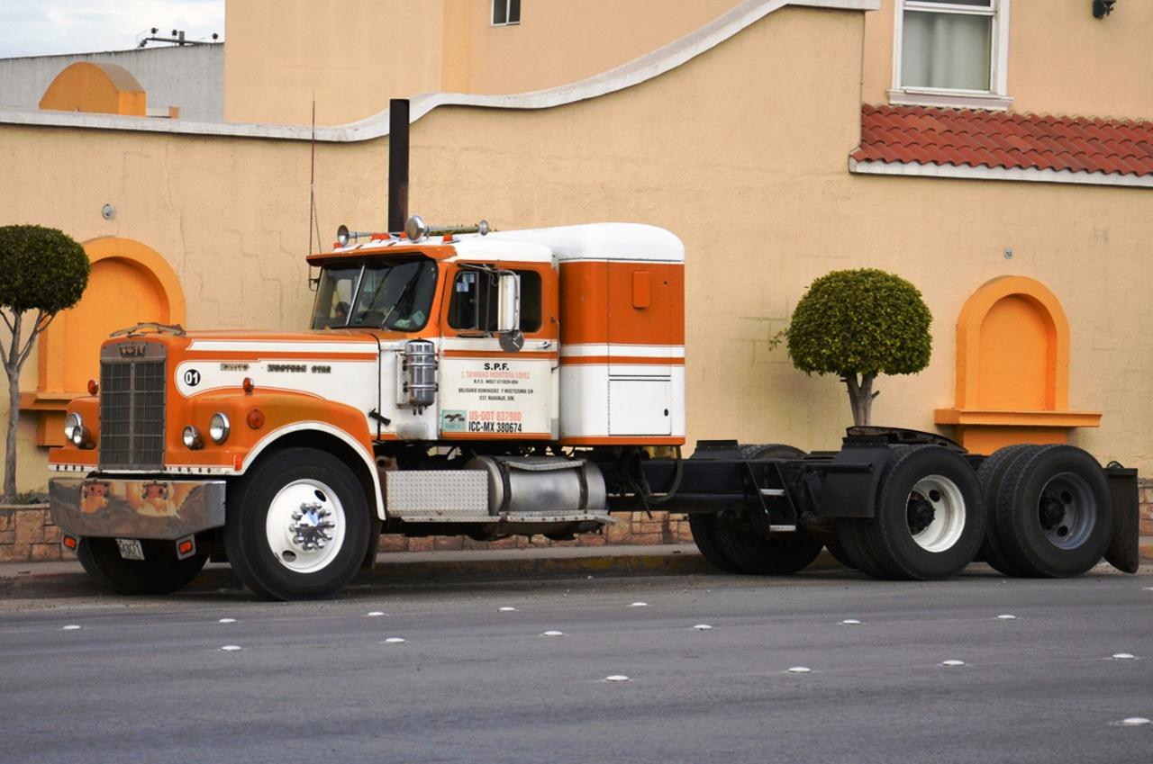 Производство новых грузовиков в 1967 году начали с магистральных тягачей White-Western Star 4964.jpg
