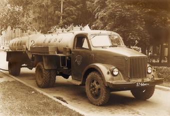 Пивозаправочные автопоезда Т-332 переоборудовались Главмосавтотрансом с 1964 по 1970 г. Их с нетерпением ждали у пивных ларьков жаждущие испить холодного пивка.