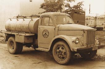 Автомобили-цистерны АЦ-18 емкостью 1800 л выпускал с 1958 по 1969 г. Грабовский завод противопожарного оборудования. Они доставляли свежее молоко из колхозов на молокозаводы.