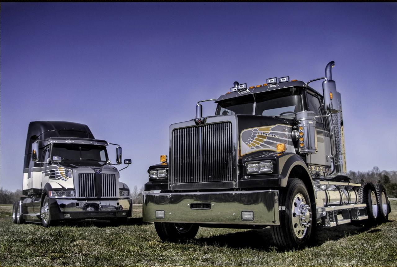 Эксклюзивные Western Star 5700XE (слева) и Western Star 4900XE, выпущенные к 50-летию компании.jpg