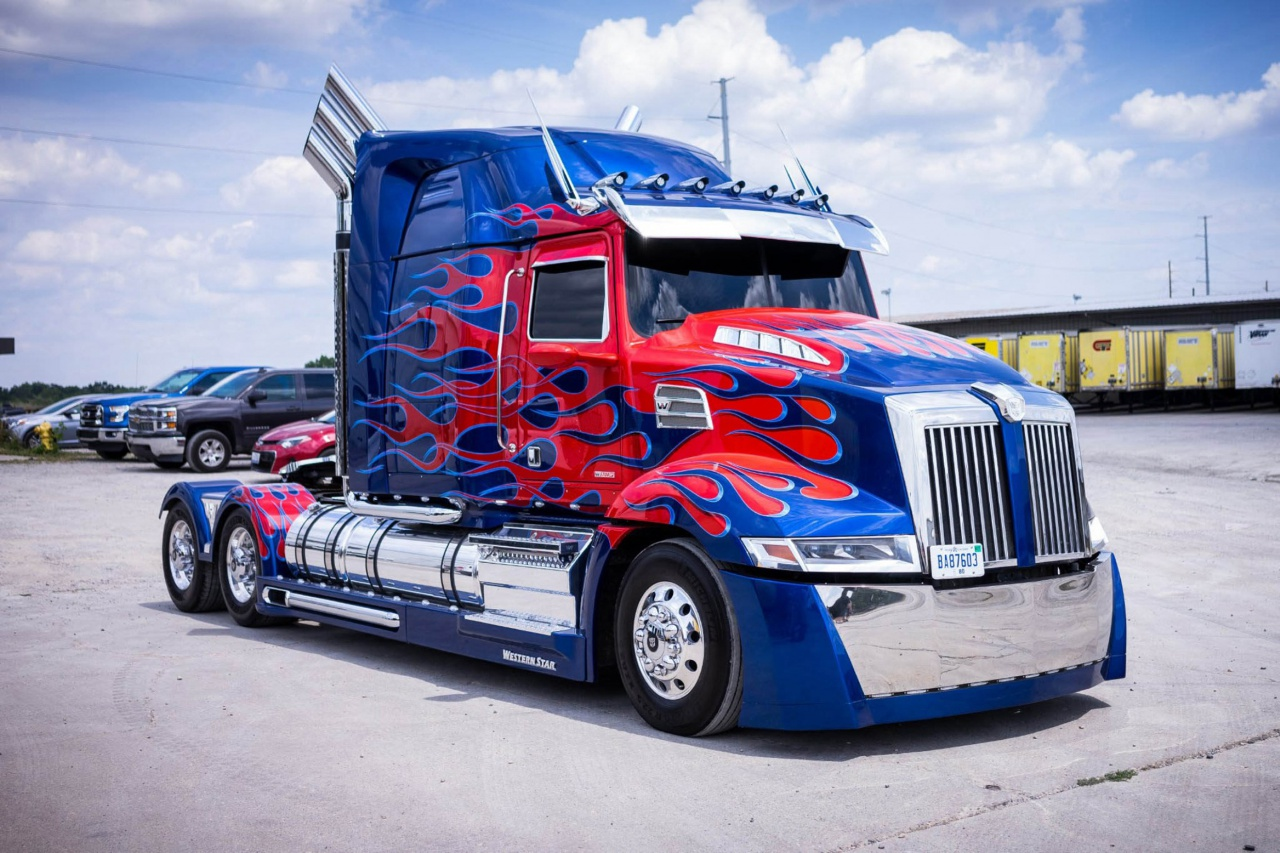 Western Star 5700XE стал прототипом грузовика-трансформера для сериала «Трансформеры», 2015 г..jpg